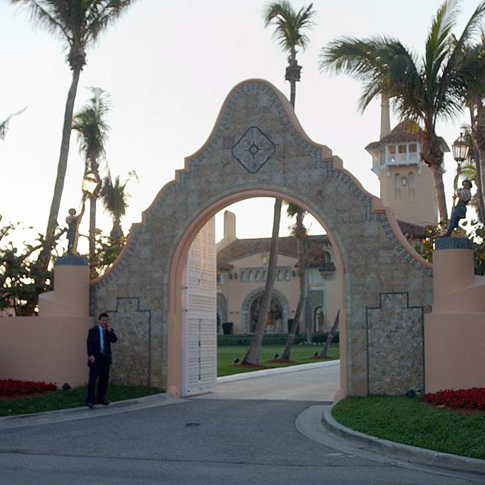 CLB nghỉ dưỡng kín Mar-a-Lago (bờ biển Palm, Florida) tăng gấp đôi phí thành viêntừ khi chủ nhân làm tổng thống, từ 100.000 lên 200.000 USD. Tuy nhiên, giá trị bất động sản này không thay đổi.