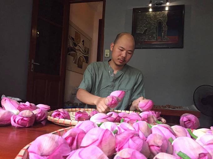 Anh Hùng cần mẫn bóc những cánh hoa sen mang Phật tínhđể ướp trà, tinh thần của người Nhật ảnh hưởng đến anh. Ảnh:Hiền Minh Tea.