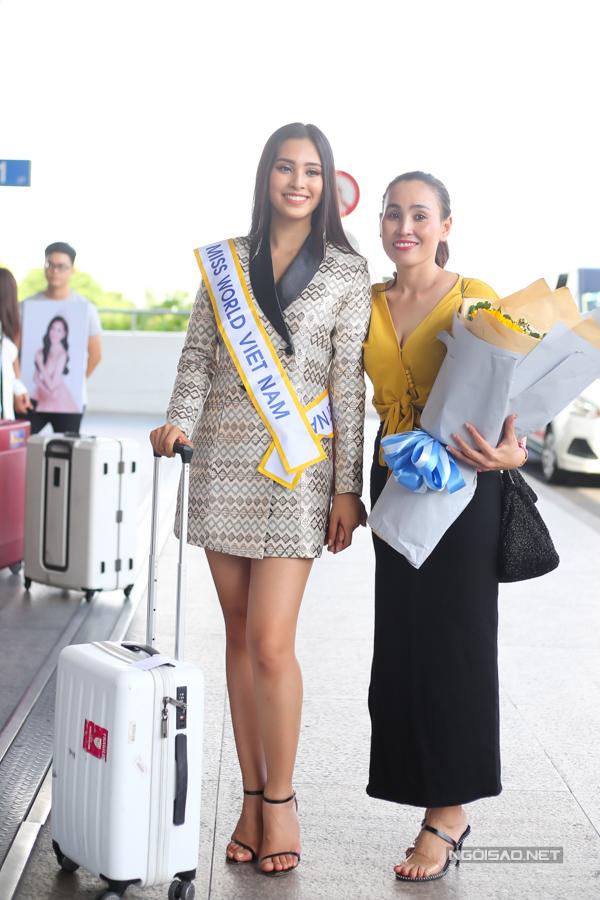 Mẹ của Tiểu Vy luôn đồng hành với con gái trong các sự kiện quan trọng.