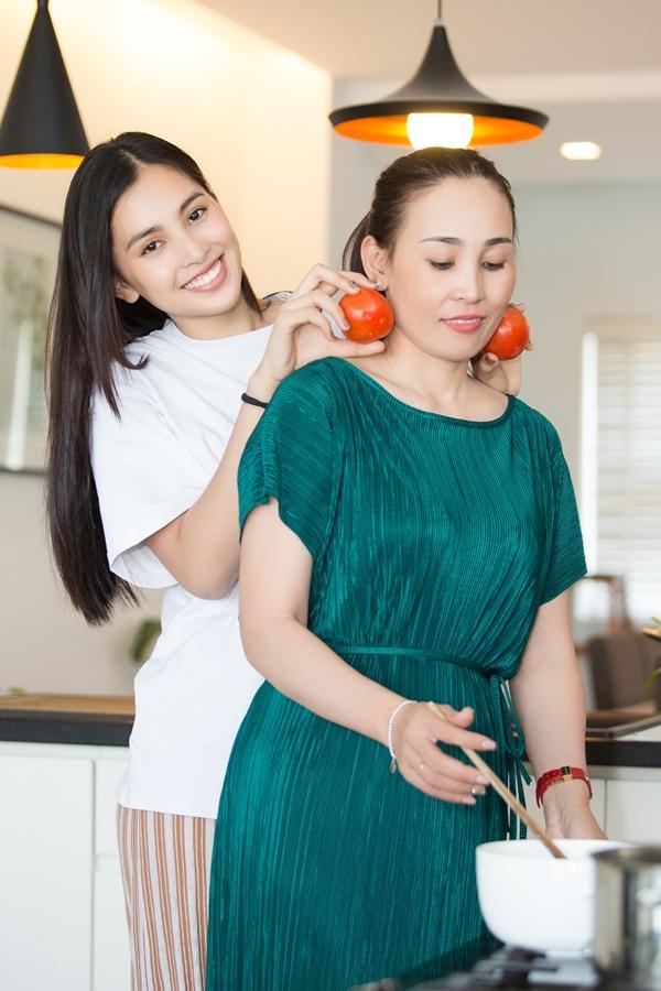 Ở tuổi 40, mẹ Tiểu Vy sở hữu nhan sắc trẻ trung. Dù bận kinh doanh tại quê nhà Hội An, thỉnh thoảng cô vẫn vàochăm loăn uống cho con gái nhỏ.