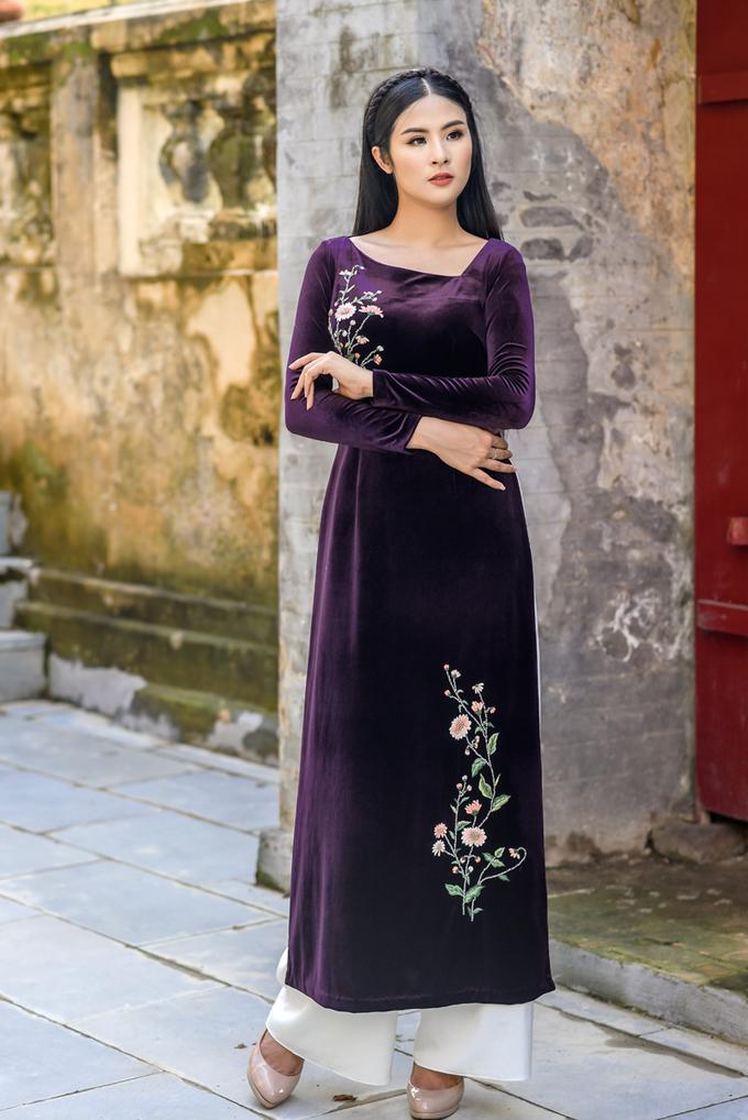 Áo dài nhung phong cách cổ điển do Ngọc Hân thiết kế