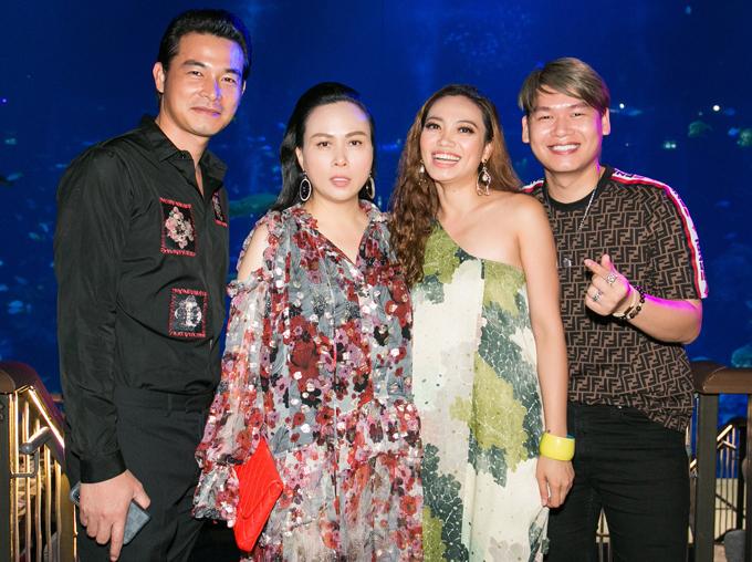 Quách Ngọc Ngoan vui vẻ bên bạn gái Phượng Chanel và những người bạn.