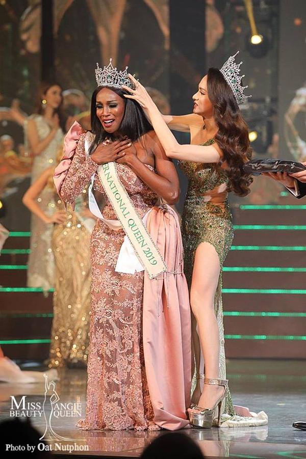 Hoa hậu Mỹ khóc nghẹn khi hoa hậu tiền nhiệm Nguyễn Hương Giang trao lại vương miện.