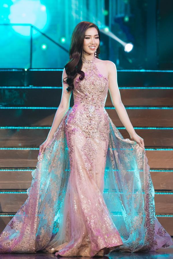 Nhật Hà diện váy dạ hội trên chung kết.