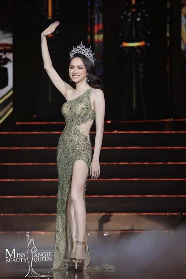 Hương Giang xuất hiện chào khán giả và kết thúc nhiệm kỳ Hoa hậu Chuyển giới Quốc tế 2018.