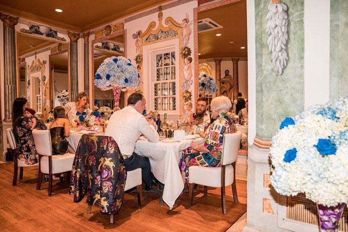 Để có được một đêm ở tòa lâu đài kiêm khách sạn Versace, khách phải đặt phòng từ rất sớm
