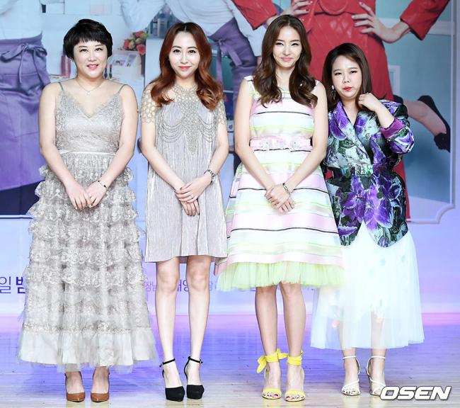 Han Chae Young giữa các đồng nghiệp trong buổi ra mắt show.
