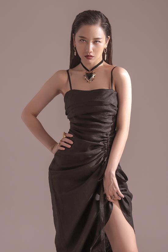 Từng món trang sức hợp trend được lựa chọn một cách khéo léo để mang tới sự nhấn nhá bắt mắt cho hình ảnh Harin Won.