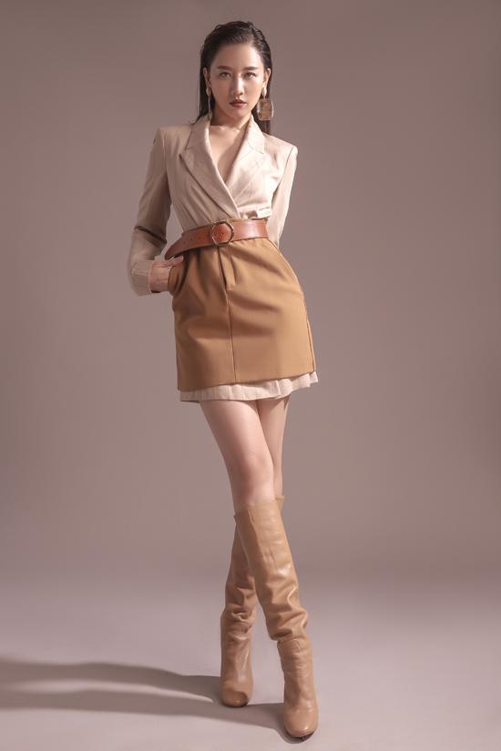 Một quý cô cá tính, chất ngầu được hình thành qua cách lựa chọn trang phục vừa vặn với thân hình, layout trang điểm tông trầm và mái tóc ướt vuốt ngược đầy lôi cuốn.