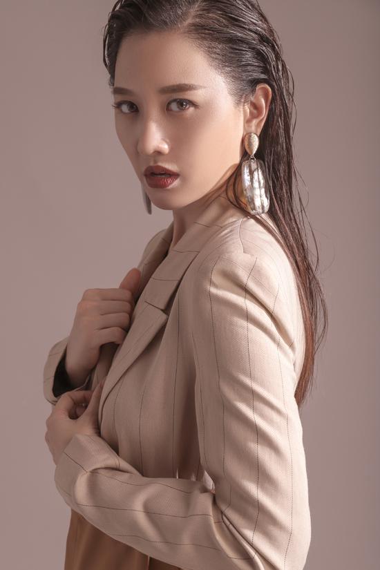 Người hâm mộ thường thấy một hình ảnh Hari Won tinh nghịch, nữ tính trong những sự kiện cô xuất hiện và ngay cả những khoảnh khắc đời thường. Nhưng khi xuất hiện trong các bộ ảnh thời trang, cô thể hiện phong cách higfashion không kém các người mẫu chuyên nghiệp.