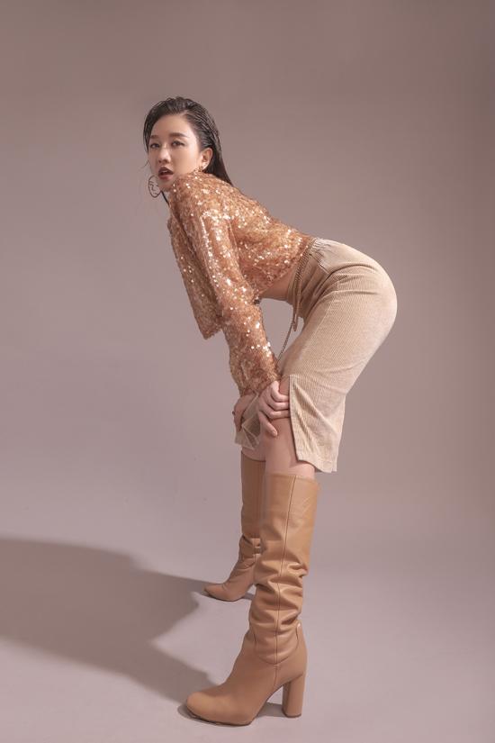 Với mong muốn lột xác hoàn toàn với hình ảnh và phong cách mới mẻ, bà xã Trấn Thành không chỉ đầu tư cho trang phục, tạo hình mà còn thể hiện hiện những tạo dáng ấn tượng.