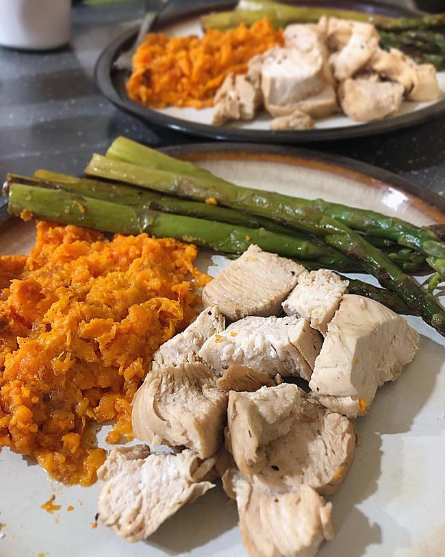 Bà mẹ một con cắt bỏ dần các món ăn kém lành mạnh, thay thế bằng rau củ tươi, ức gà...