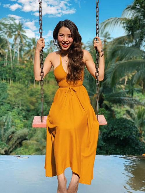 Bali đang trong mùa mưa, khách du lịch không quá đông đúc nhưng nếu may mắn, du khách vẫn có những thành du lịch thảnh thơi với thời tiết đẹp. Diễn viên Phương Trinh Jolie vừa có chuyến đi kéo dài tới 2 tuần để nghỉ ngơi, khám phá toàn bộ hòn đảo xinh đẹp xuất hiện trong cuốn tiểu thuyết nổi tiếng Ăn, Yêu và Cầu Nguyện.