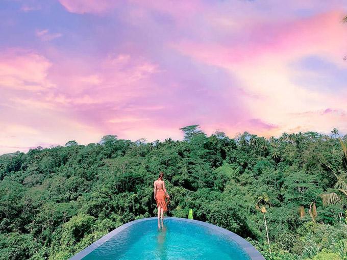 Ở Bali có đủ mọi giá cả từ resort đến khách sạn hay homestay,nên tuỳ theo túi tiền mà mọi người có thể tìm cho mình một nơi phù hợp nhé. Trinh đi đợt này 13 ngày nên ở đủ mọi chỗ để biết được ở Bali các loại ks nó sẽ như thế nào. Đây là một resort ở cách trung tâm Ubud khoảng 2-3km(chạy xe máy tầm 5-10p là đến trung tâm Ubud),tại resort sẽ gọi cho chỗ thuê xe để mag xe máy đến cho mình luôn,1 ngày thuê giá 70k Rp(110k vnd)