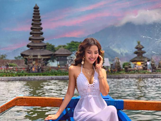 Ulun Danu Temple: Một nơi thật đẹp để chụp hình sống ảo.Đền nằm cách trung tâm Ubud khoảng 45km,Trinh đi tháng 2 nên lên khu này trời lạnh như Đà Lạt. Đền được xây trên 1 cái hồ rộng (chắc rộng hơn Hồ Xuân Hương trên Đà Lạt 1 tí) Vé vào cửa 50k Rupiah (khoảng 80k vnd)/người Nếu muốn xuống tàu chụp hình để có view đẹp nhất thì thuê tiếp: 35k Rupiah/thuyền tự chèo,hoặc là 100k Rupiah/thuyền có người chèo cho mình,ra đến đền chỉ việc chụp choẹt thôi.(1 thuyền đi được 2 người.) Hoặc cũng có thể thuê thuyền to hơn và cano chạy nhanh để tham quan toàn bộ hồ nữa.Nhưng Trinh thấy chủ yếu chụp hình ở đền thôi nên cũng chẳng cần cano làm gì. Àh,khách sạn Trinh ở trên này là R&V villa hotel,giá khoảng 900k vnd /đêm,bao gồm ăn sáng.Ở thoải mái và gần hồ lắm,vì Trinh lên đến đây đã tối rồi nên phải ngủ lại để sáng chụp hình,đồ ăn ở hotel này theo như Trinh thấy là rẻ nhất Bali và ngon nhất Bali ấy