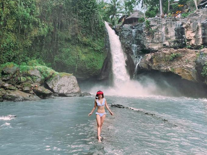 Sau khi chụp hình ở trên đường đi thì sẽ đến suối.Suối mùa này nước k trong xanh do đang là mùa mưa ở Bali.Nếu các bạn muốn nước trog xanh thì có thể đi Bali vào thág 6,7,8 là những tháng mà suối trog nhất. Đi xuốg suối chụp hình xog leo lên phía trong nữa sẽ phải đóng thêm 10k Rp/người để lên một chỗ vui chơi nữa ở Tegenungan,có DJ chơi nhạc,có đồ ăn ngon và có bể bơi với view rất đẹp,mà chỉ chơi được tới 18h (6pm) thôi là họ đóng cửa.