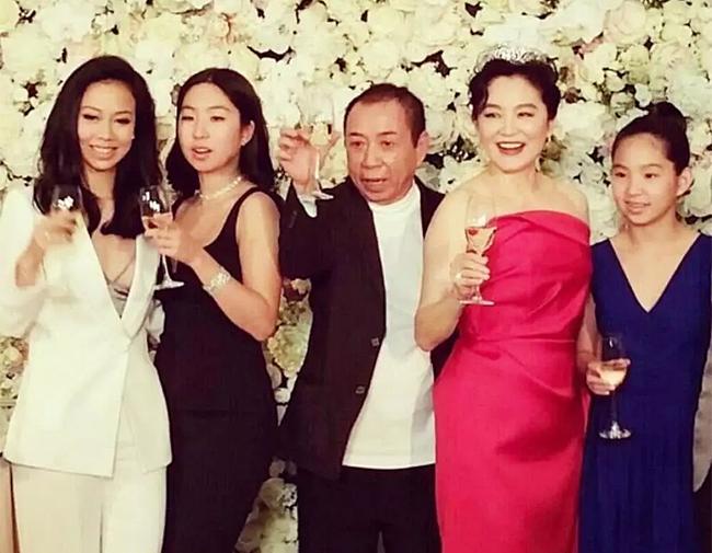 Vợ chồng Lâm Thanh Hà và ba cô con gái.