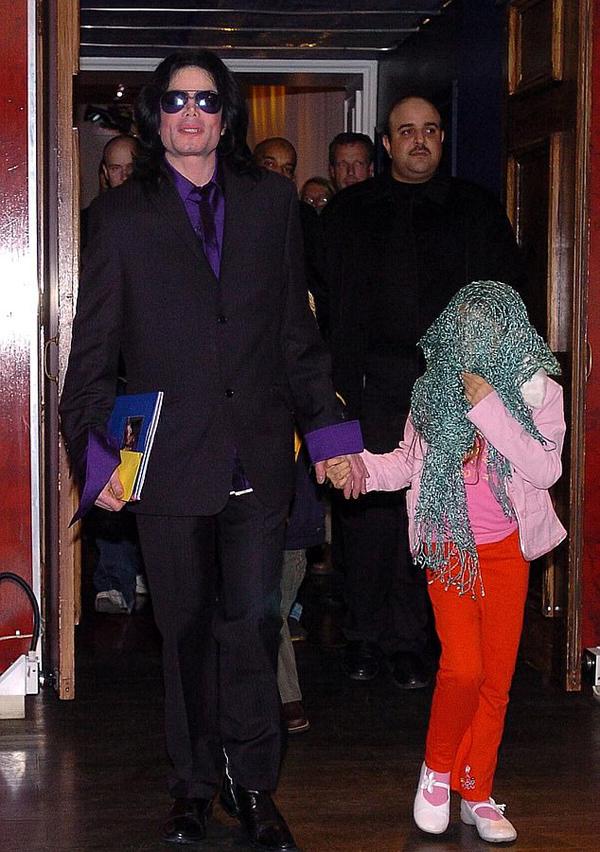 Paris (bên phải) khi còn bé luôn đeo mặt nạ mỗi khi ra ngoài cùng bố. Năm Paris 11 tuổi, Michael Jackson qua đời vì dùng thuốc giảm đau quá liều. Cô bé đã rất đau khổ và hụt hẫng. Năm 14 tuổi, Paris từng cứa cổ tay tự tử và được được đi cấp cứu kịp thời. Cô trải qua một đợt điều trị tâm lý trước khi trở lại cuộc sống bình thường.