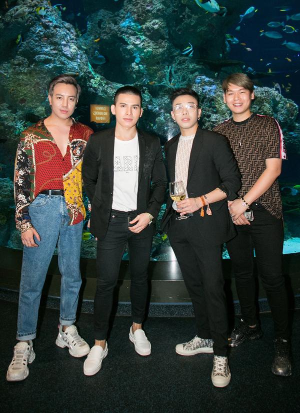 Từ trái qua: stylist Mạch Huy, ca sĩ Quốc Thiên, stylist Hoàng Ku và quản lý của hoa hậu Kỳ Duyên dự tiệc tối 7/3.