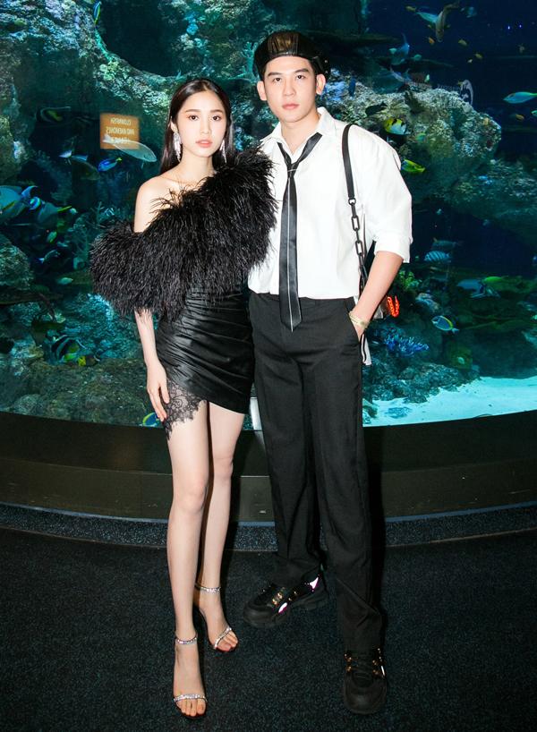 Diễn viên Quỳnh Hương gợi cảm với váy ngắn đính lông vũ còn ca sĩ Minh Trung trông thư sinh trong trang phục áo sơmi, quần tây.