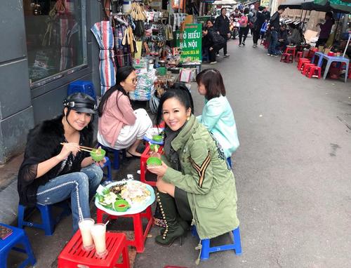 Hồng Nhung – Thanh Lam ăn bún đậu mắm tôm ở vỉa hè.