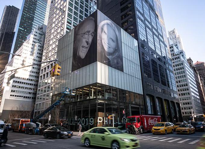 Ảnh chân dung của tỷ phú Harry và vợ mới cưới trên mặt hai mặt tiền của tòa nhà cao 78 tầng ở New York. Ảnh: Anthony DelMundo.