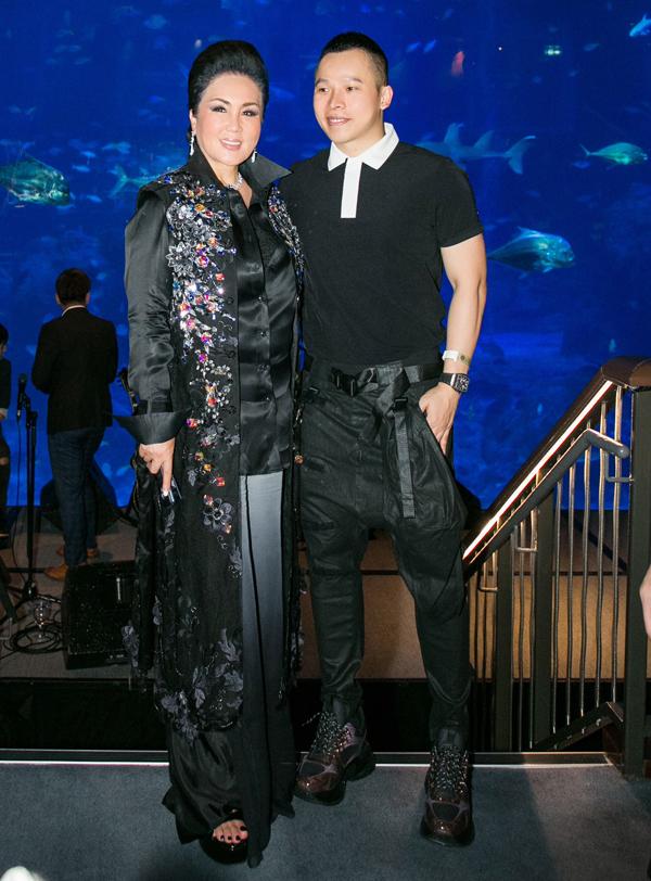 Ông bầu Vũ Khắc Tiệp mời cả bà chủ tịch cuộc thi Hoa hậu Hàn Quốc sang Singapore xem Đêm hội chân dài.