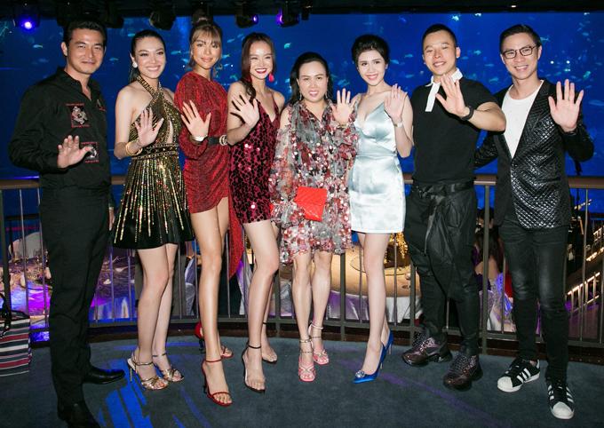 Buổi tiệc còn có người mẫu Châu Thanh Trúc, siêu mẫu Khả Trang, MC Kiều Ngân, MC Anh Quân cùng nhiều gương mặt quen thuộc của làng giải trí Việt tham dự. Đêm hội chân dài kỳ cuối cùng sẽ diễn ra tối 9/3 tại Singapore.