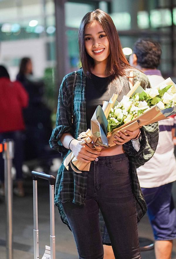 Tiểu Vy đáp chuyến bay xuống Buôn Ma Thuột tối qua. Cô mặc giản dị khoe nụ cười tỏa nắng.