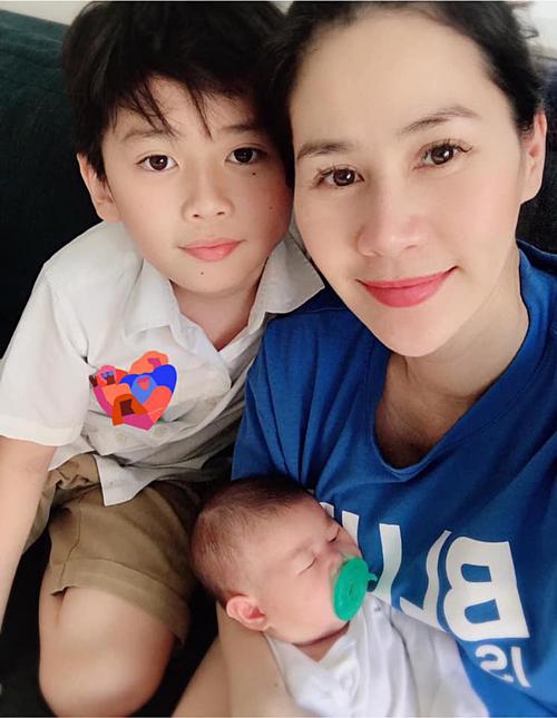 Thân Thuý Hà cùng con gái mới sinh về Việt Nam