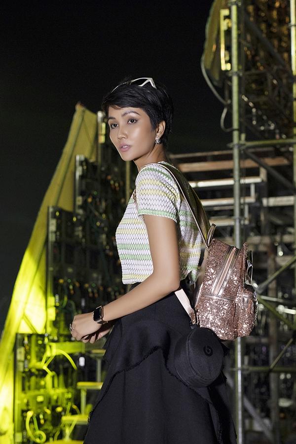 Hhen Niê đảm nhận vai trò Đại sứ truyền thông của Lễ hội cà phê Buôn Mê Thuột 2019. Người đẹp diện trang phục năng động đến tổng duyệt tối 8/3.