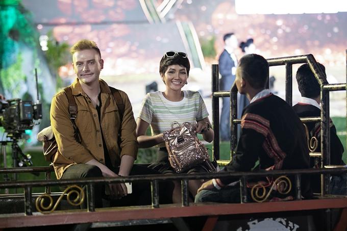 Hhen Niê cùng ca sĩ Kyo York ngồi xe công nông tiến vào sân khấu. Đây là phương tiện di chuyển quen thuộc của hoa hậu mỗi lần về thăm buôn làng.