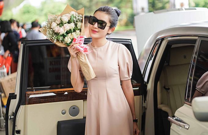 Cô được ban tổ chức sự kiện đón tiếp nồng nhiệt và tặng hoa, chúc mừng lễ 8/3 tại sân bay Buôn Ma Thuột.