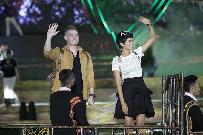 Dù chỉtrang điểm nhẹ, Hoa hậu Hoàn vũ Việt Nam 2017 giữ thần thái tươi tắn và rạng rỡ.