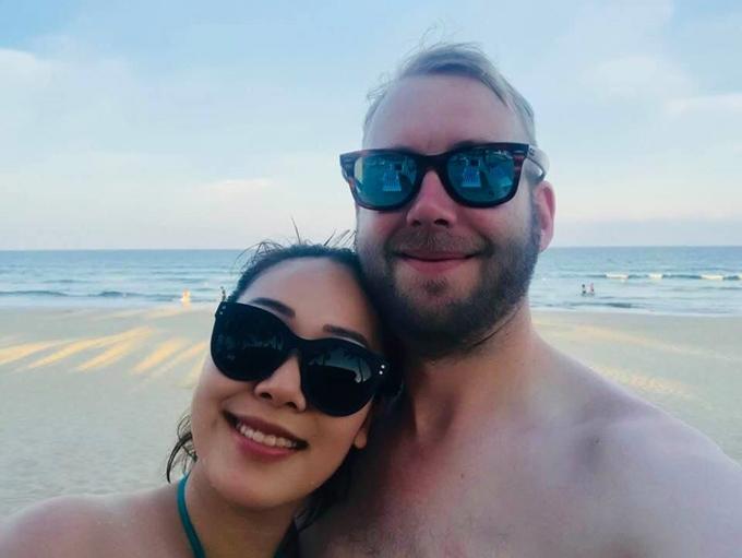 Ngô Phương Lan trong một lần đi biển cùng chồng Tây.