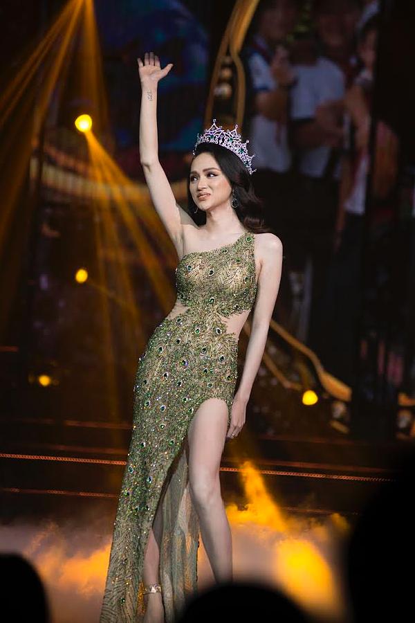 Hương Giang xúc động vẫy chào khán giả, kết thúc nhiệm kỳ Hoa hậu Chuyển giới Quốc tế 2018. Cô được đánh giá có một năm hoạt động sôi nổi, tích cực nhiều lĩnh vực. Mới đây, người đẹp được tạp chí Forbes vinh danh top 50 phụ nữ ảnh hưởng nhất tại Việt Nam.
