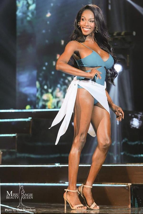 Người đẹp tự tin trình diễn bikini trên sân khấu.