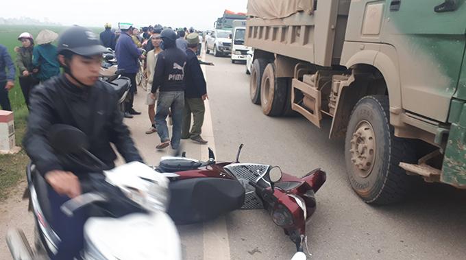 Xe máy nạn nhân văng xa sau va quệt.