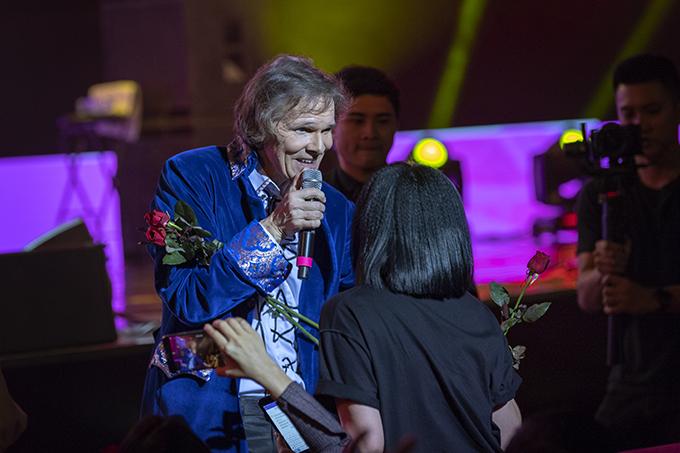 Anh còn mang theo hoa hồng xuống tận hàng ghế khán giả để dành tặng cho phái đẹp tham dự chương trình nhân dịp Quốc tế Phụ nữ 8/3. Chương trình có thời lượng khoảng 2 tiếng và kết thúc trong sự tiếc nuối của khán giả.