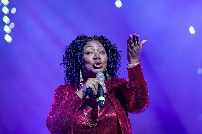 Tối 8/3, liveshow Boney M và Joy diễn ra tại Hà Nội. Đây là lần thứ baLiz Mitchell - giọng ca chính nhóm Boney M - đến Việt Nam biểu diễn. Sức hút của nữ ca sĩ gốc Jamaica không hề giảm. Dù vậy sức hút của cô không hề giảm khi chương trình thu hút hàng nghìn người theo dõi. Bước lên sân khấu,Liz Mitchell nở nụ cười và thủ thỉ trò chuyện với khán giả:Mọi người giờ thích nghe tôi hát bài gì nào? Tôi nghe thấy bên này bảo Sunny, rồi, còn bên này... Daddy Cool, cả Rasputin nữa.