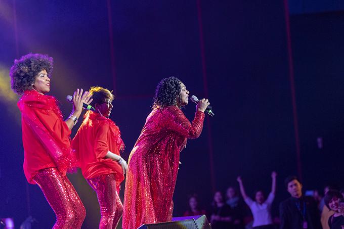 Hình ảnh Liz Mitchell biểu diễn bên hai nữ ca sĩ hát đệm cùng một vũ công da màu gợi nhớ đến Boney M với các thành viên Marcia Barett, Maizie Williams và Bobby Farrell từ thời hoàng kim.