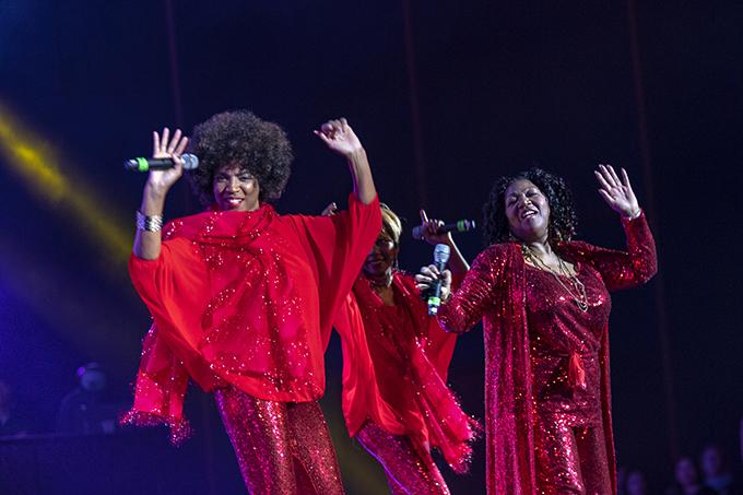 Sau đó, nữ ca sĩ bắt đầu phần biểu diễn với Sunny - ca khúc thường được mở tại Việt Nam vào các dịp Tết suốt hàng chục năm nay.