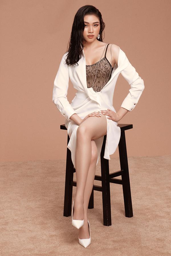 Tông màu trắng đen được phối hợp nhịp nhàng từ trang phục hai dây, đầm sơ mi và giầy cao gót.