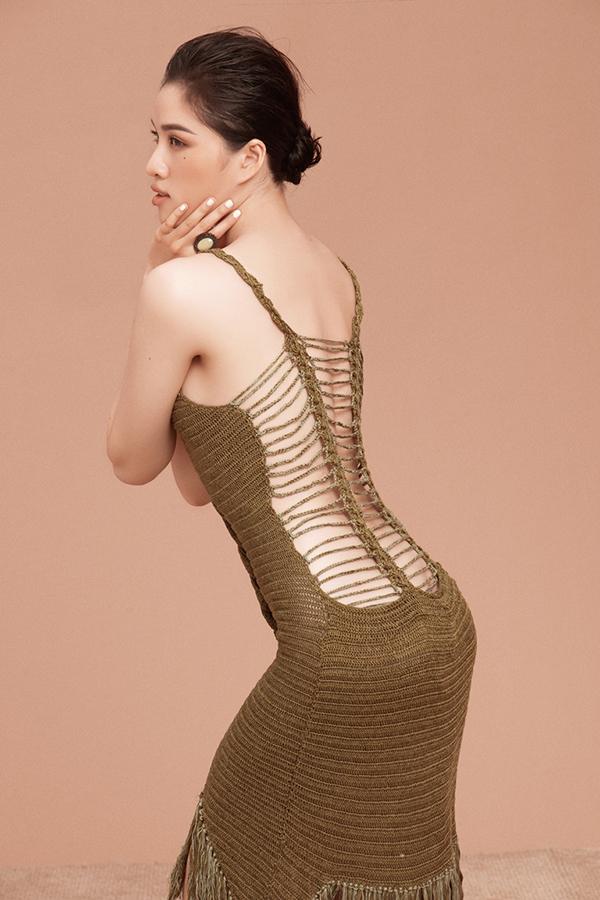 Trong bộ ảnh mới thực hiện, Thanh Huyền chọn các trang phục hai dây để khai thác triệt để lợi thế hình thể.
