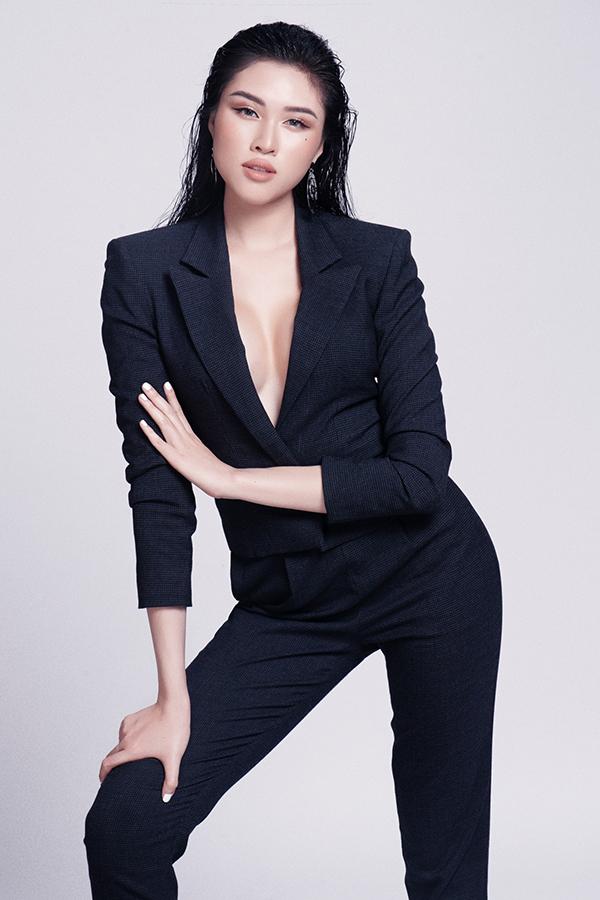Bên cạnh các kiểu váy áo tôn bờ vai thon gọn, Thanh Thanh Huyền còn sử dụng thêm suit kiểu dáng hiện đại và khoe vòng một nóng bỏng.