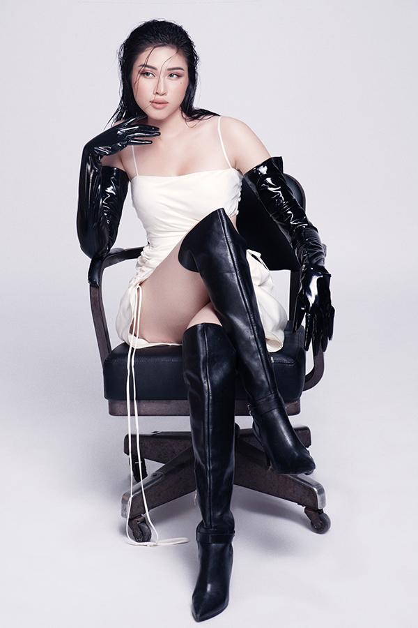 Váy dây rút cá tính được người đẹp sử dụng cùng các phụ kiện da có tông màu tương phản.