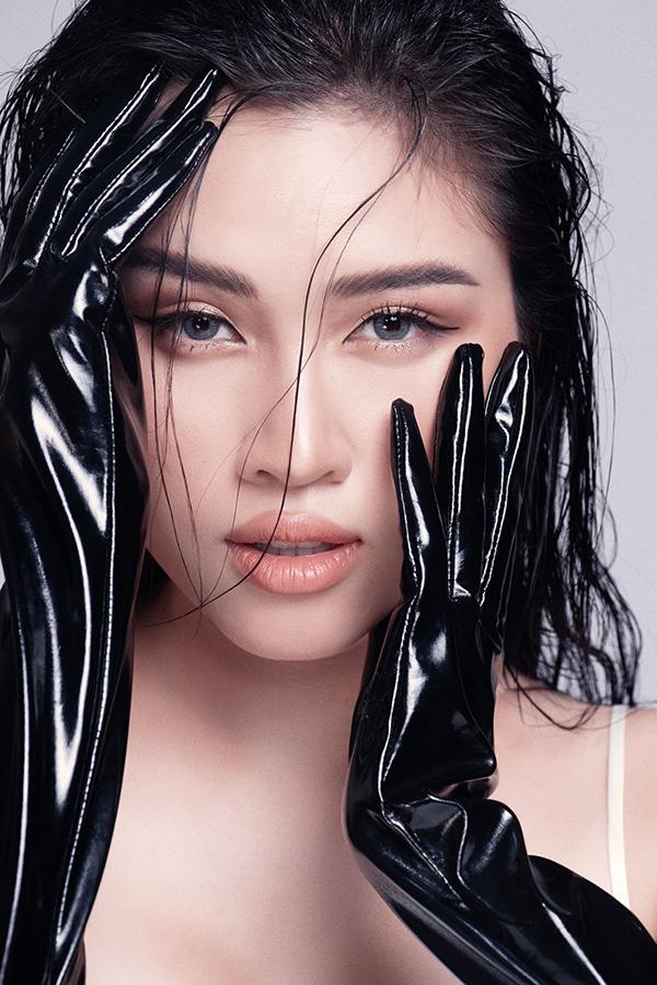 Xu hướng trang điểm tông nude và ánh đồng hợp mốt cũng được áp dụng để giúp chân dung của nữ MC thêm phần cuốn hút.