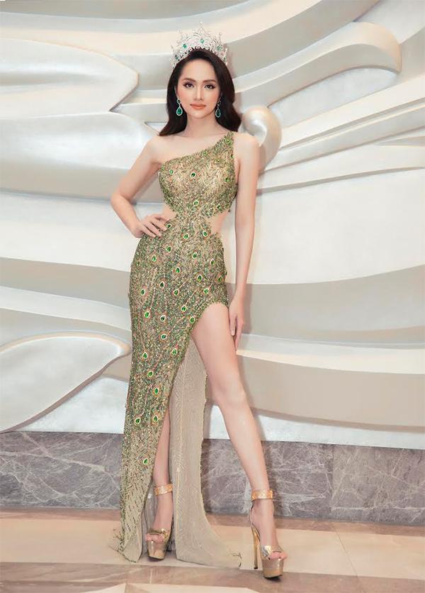 Mẫu váy ôm sát đường cong và đi kèm chi tiết xẻ cao để người đẹp khoe chân ton và dễ dàng thể hiện những sải bước uyển chuyển trên sân khấu.