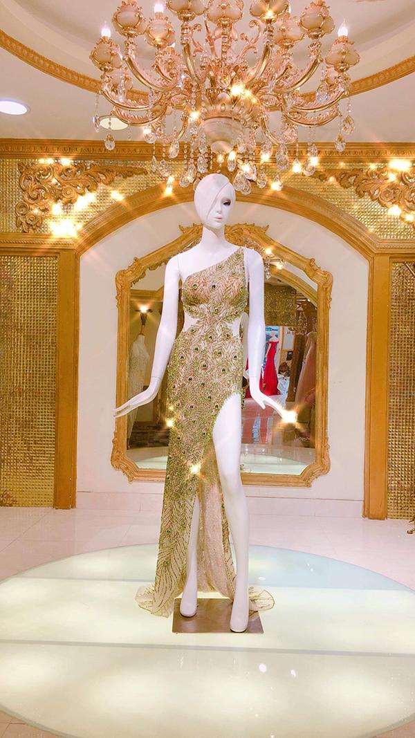 Mẫu trang phục được lên ý tưởng chuẩn bị và hoàn thành trong vòng 2 tháng. Nhà thiết kếđã làm theo đơn đặt hàng, từý tưởng của Hương Giang và stylist Lê Minh Ngọc.