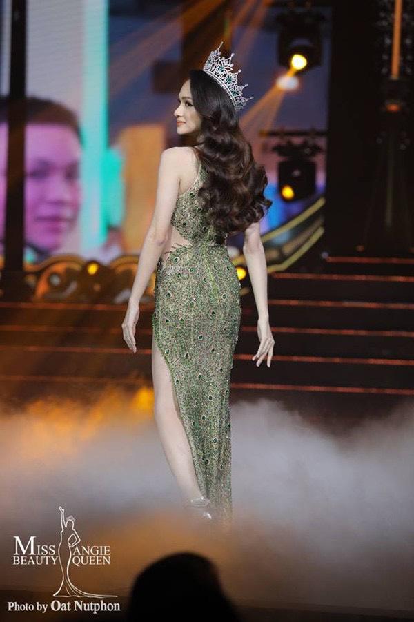Hoa hậu Hương Giang đã chọnchiếc váy dạ hội của nhà thiết kếLinh San để lên sân khấu trao lại vương miện.